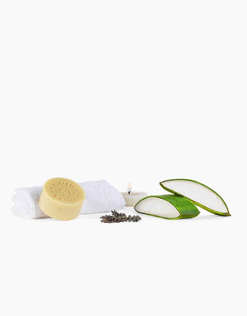 Jabón de aloe vera y lavanda. 100 gr. Caja por detrás y jabón con una vela y lavanda