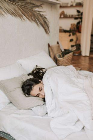 Mujer durmiendo en un viscoelástico