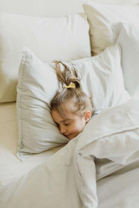 Niña durmiendo colchon grafeno
